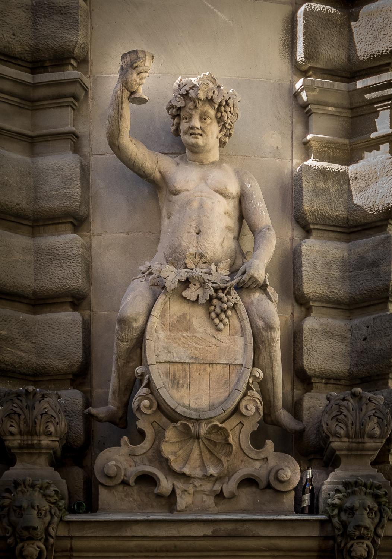 Bacchusfigur auf Weinfas über dem Eingang zum modernen Tanztheater der Compania Bella Soso in Halle