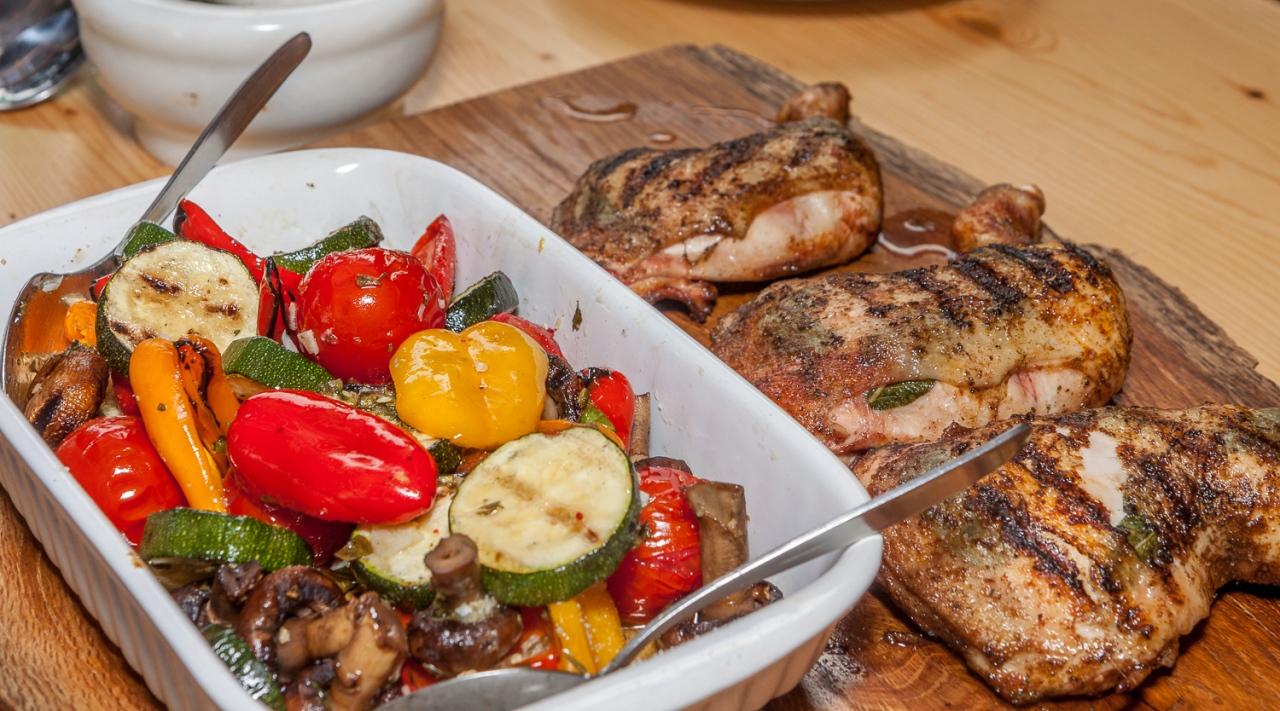 Abendmahl vom Grill - gegrilltes Sommergemüse und knusprige Hähnchenschenkel