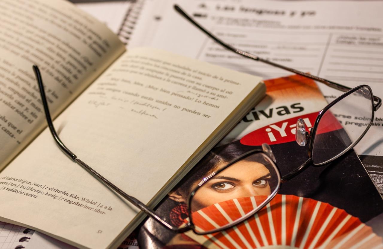 Lesebrille auf Lehrbüchern für den Spanischunterricht